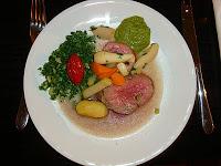 Zweierlei pochiertes Filet (Rind&Kalb) aus dem Sud, Erdgemüse und salsa verde